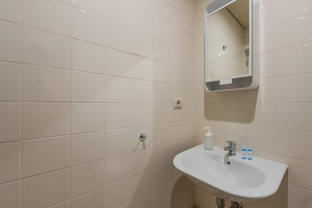 Basic Studio, 1 Katil Ratu (Queen) dengan Katil Sofa - Bilik mandi