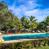 高級四人房, 泳池景觀 - 花園景觀