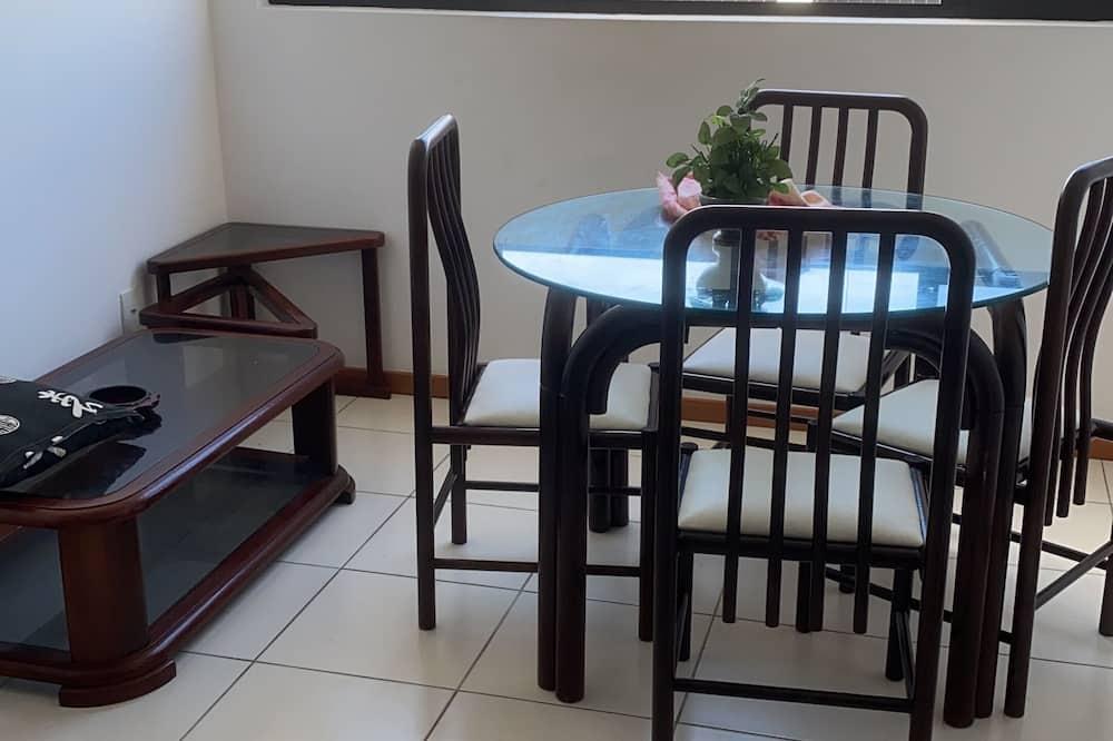 شقة في المدينة - تناول الطعام داخل الغرفة