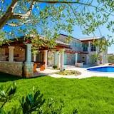 Rustic Villa With Private Pool, Bedrooms Including en Suite Bathroom, Terrace