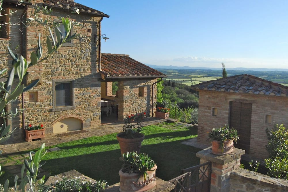 Attractive Holiday Home in Cortona With Swimming Pool