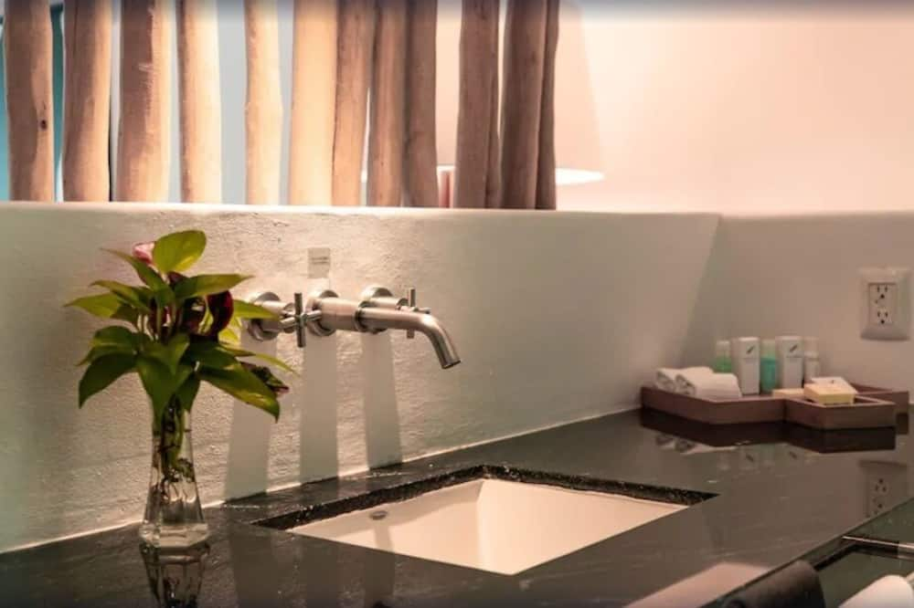 Deluxe Club Room, Family Only, No Groups, Club Member Benefits Apply - Kamar mandi