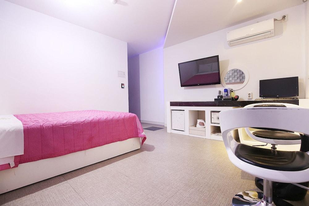 Room (Standard Room) - Bilik Tamu