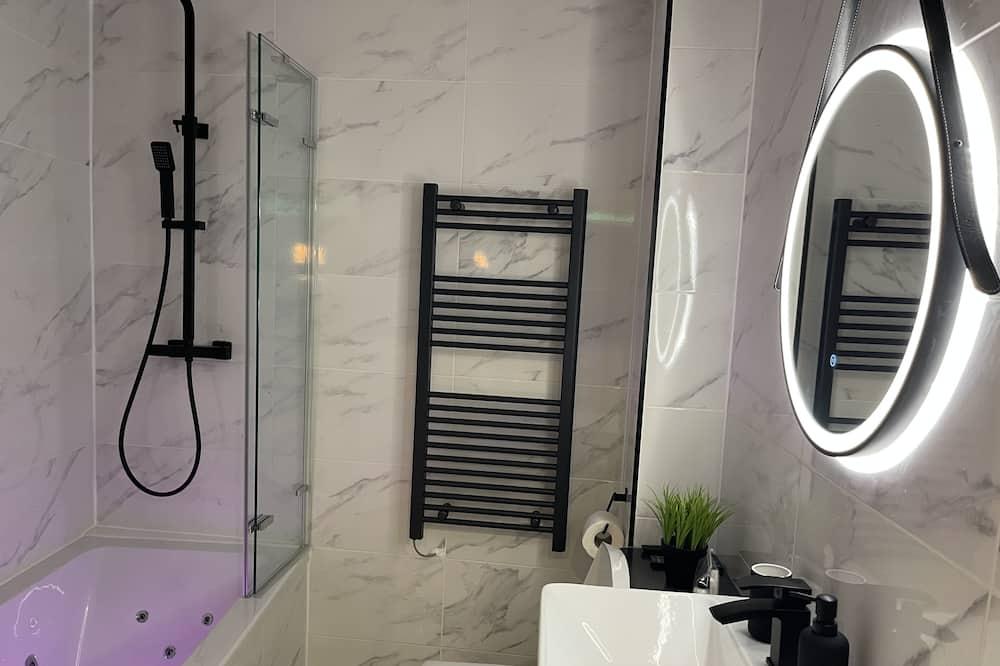 ห้องสวีท, พร้อมสิ่งอำนวยความสะดวกสำหรับผู้พิการ, อ่างน้ำร้อน - ห้องน้ำ