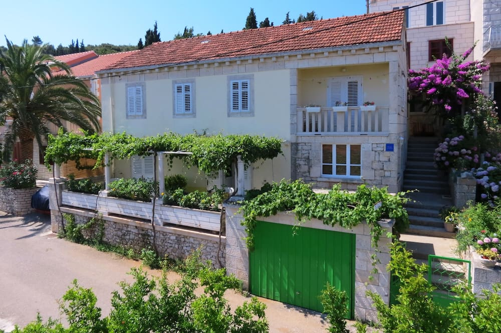 Immaculate 4-bed House in Lumbarda