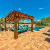 House, Multiple Beds (Paradise Found Luxurious waterfront p) - Pool