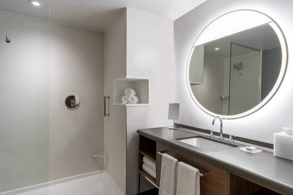 Номер, 2 двуспальные кровати «Квин-сайз», для некурящих - Ванная комната