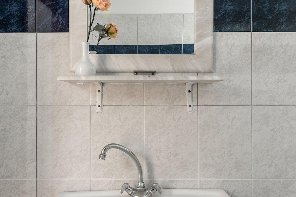 Economy-Dreibettzimmer - Badezimmer