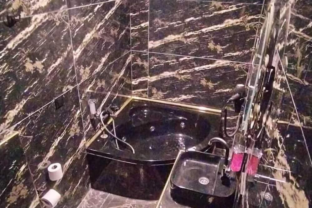 Deluxe Studio Suite, Jetted Tub - Bathroom