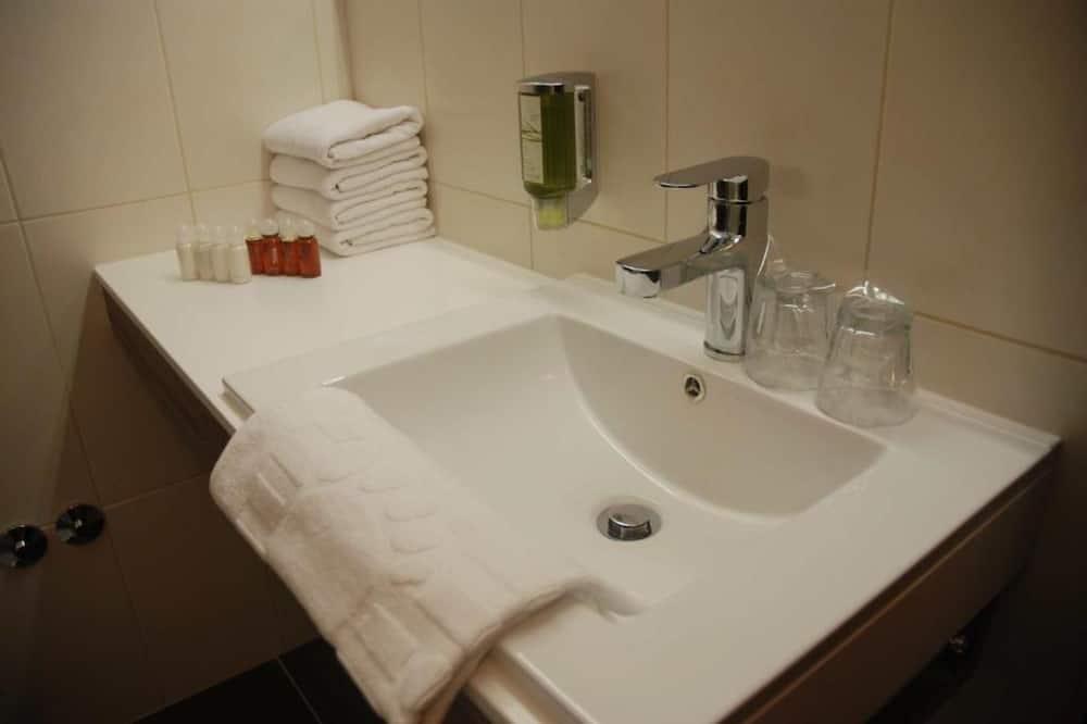 Exclusive - kolmen hengen huone, Näköala pihalle - Kylpyhuone