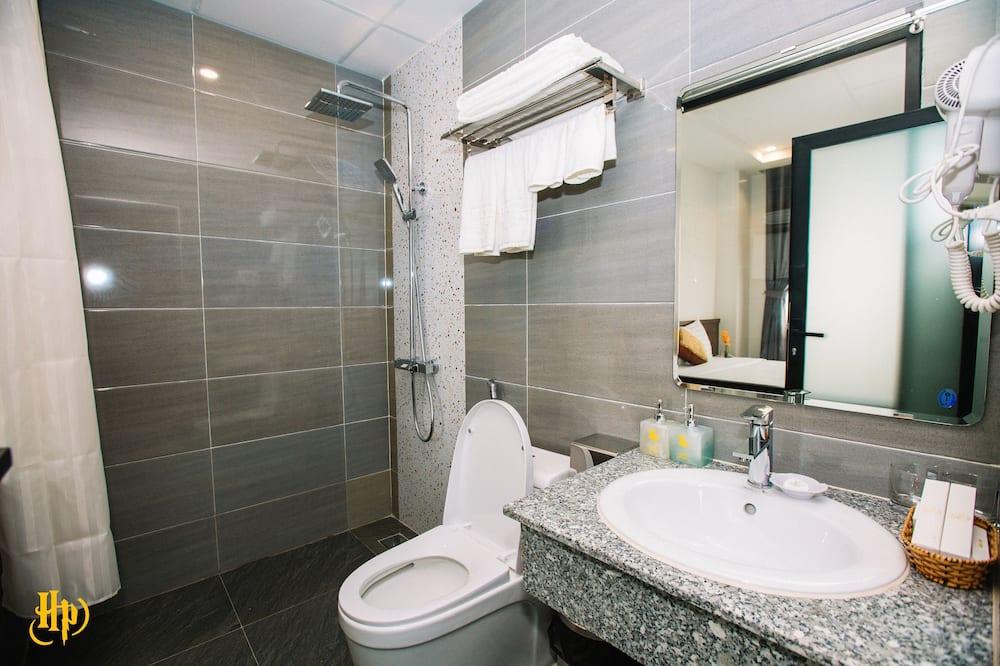 Deluxe Triple Room, Beach View - Bathroom