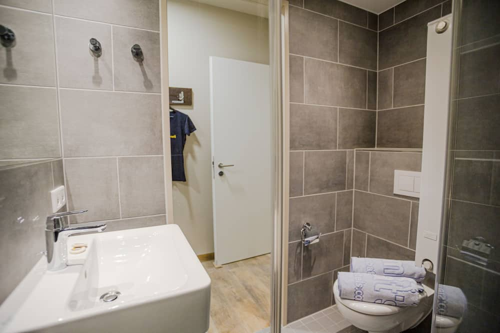 Bed in 8-Bed Mixed Dormitory - Bathroom