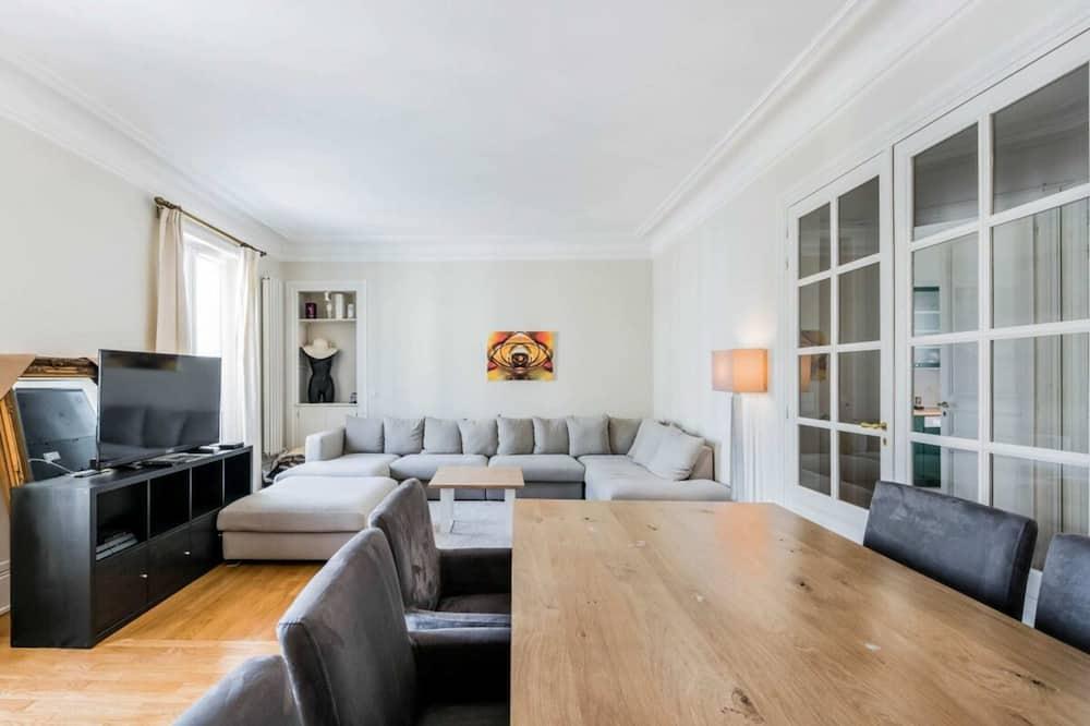 Apartamentai su pagrindiniais patogumais, Kelios lovos - Svetainė