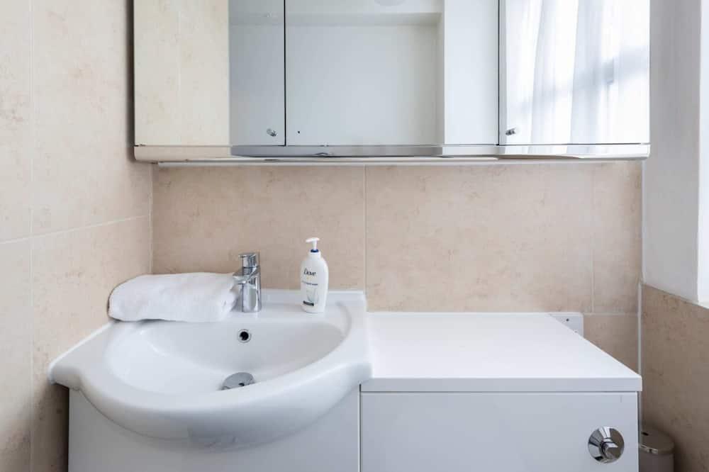 Apartemen Basic, Beberapa Tempat Tidur - Kamar mandi