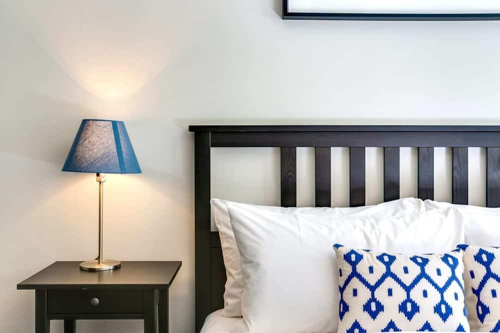 شقة بتجهيزات أساسية - سريران كبيران - الغرفة