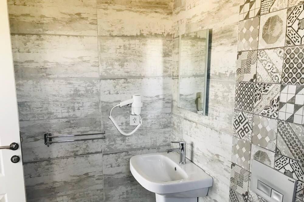 Standardní pokoj se dvěma jednolůžky, částečný výhled na moře - Koupelna