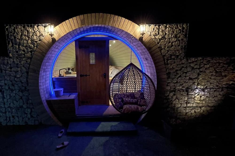 Brand new Hobbit Style Glamping pod With Hot Tub!