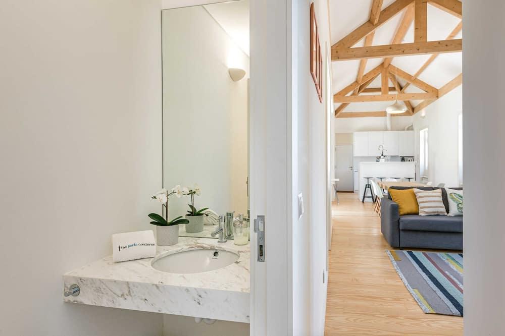 Basic-Apartment, Mehrere Betten - Badezimmer