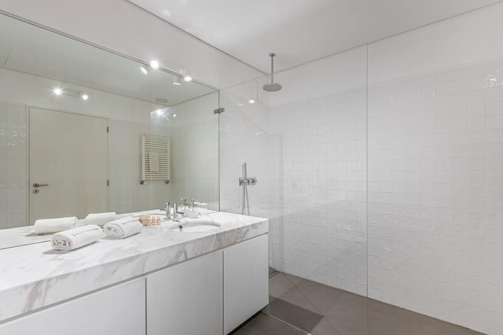 Апартаменты базового типа, 2 двуспальные кровати - Ванная комната