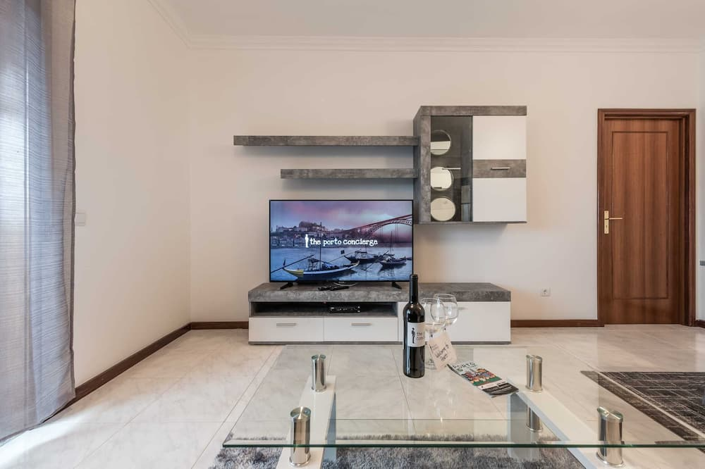 Basic Apartment, Multiple Beds - Living Room