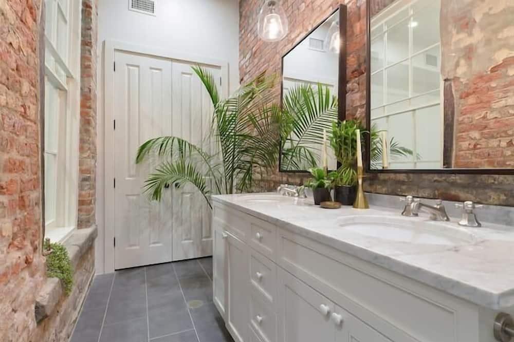 อพาร์ทเมนท์ (Gravier 102 · Sleek, Historic Luxury) - ห้องน้ำ