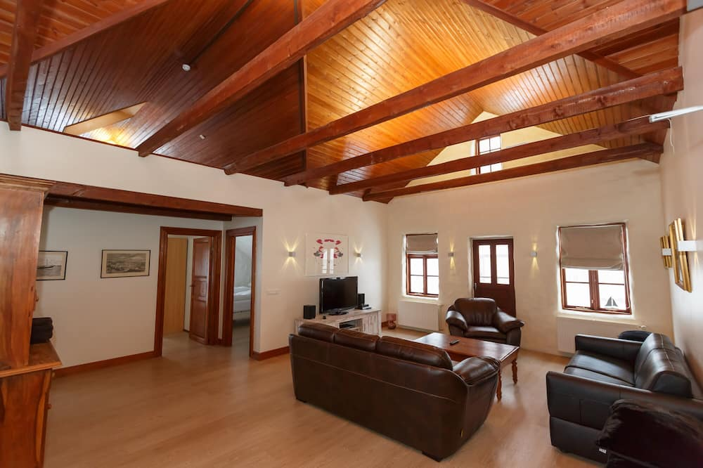 Family Apartment, 2 Bedrooms (with Loft) - Living Area