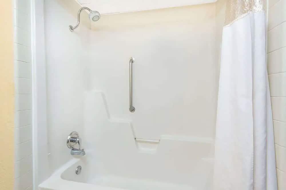 Comfort 1 King Bed Smoking - Bathroom