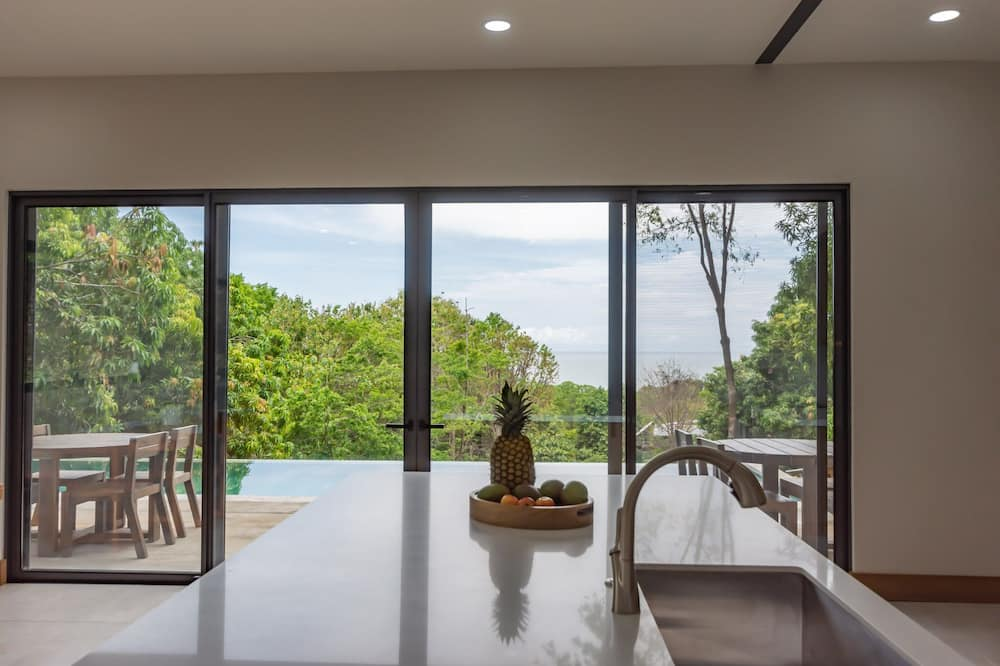 4 Bed 4.5 Bath New Private Luxury Home Steps to beach w Pool n Ocean Jungle View