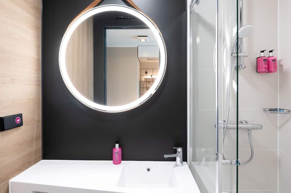 Room, 1 Queen Bed, Non Smoking (Moxy Sleeper) - Bathroom