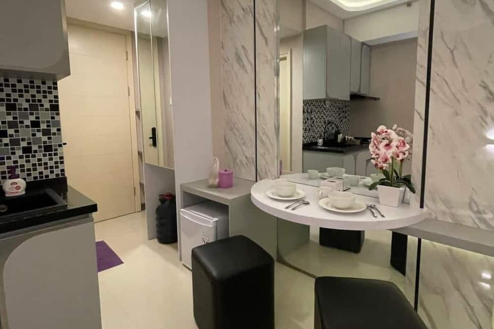 Luxury Apartment, 1 King Bed, Kitchenette, Pool View - Living Area