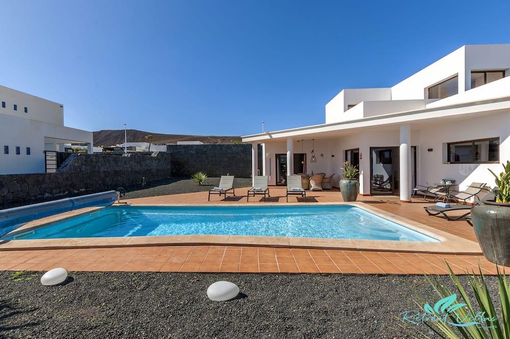 Remarkable 3-bed Villa in Playa Blanca, Yaiza