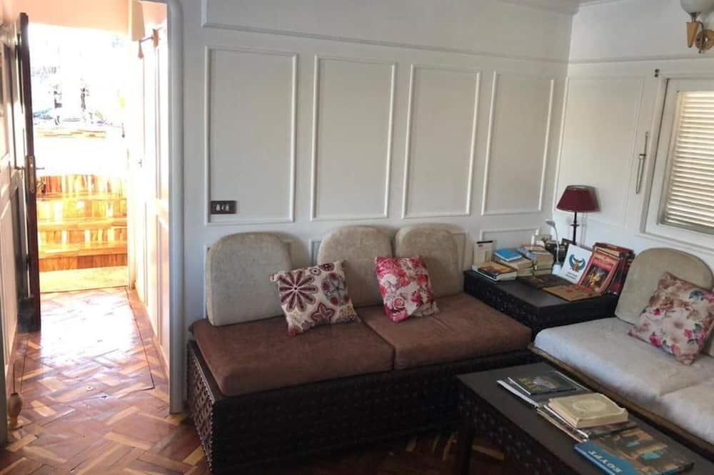 Chatka, viacero postelí - Obývačka