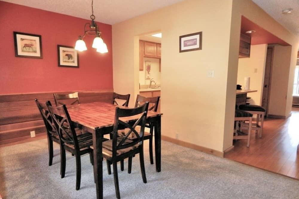 Superior Townhome, 2 Bedrooms, Mountainside - Essbereich im Zimmer