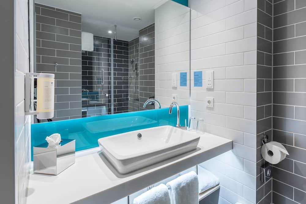 Room, 1 Queen Bed, Accessible (Roll-In Shower) - Bathroom