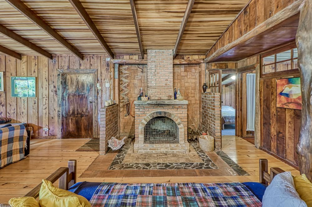 Rustic Cabin W/ High-speed Wifi, Full Kitchen, Great Views, Large Deck & More!
