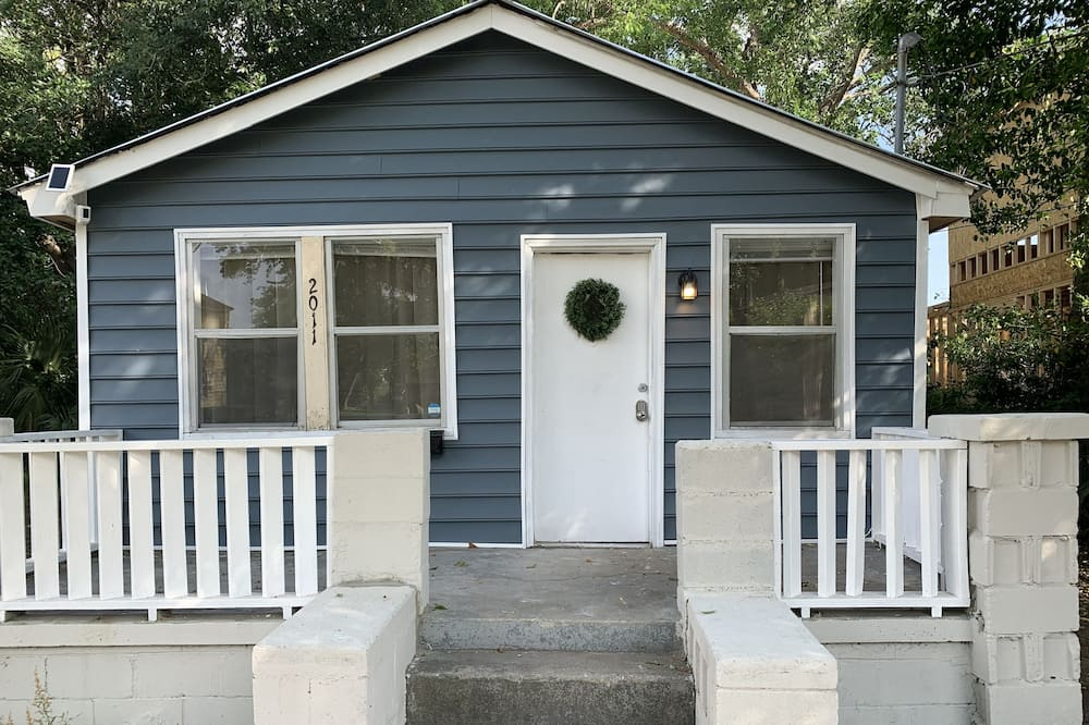 Cute Bungalow Centrally Located Close to Downtown!