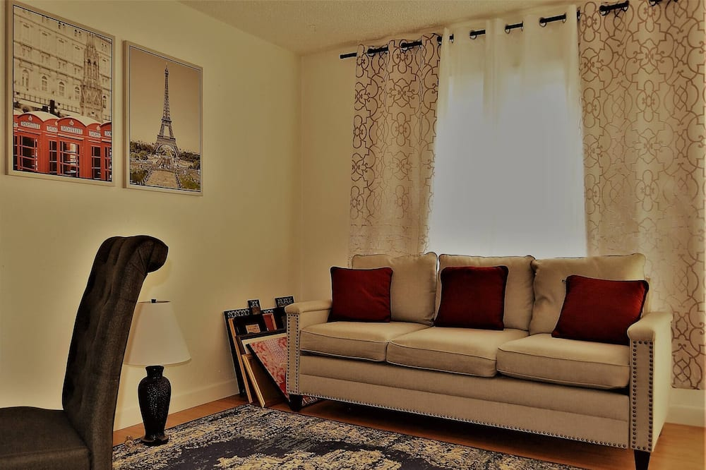 Urbana the Charming Well-lit two Bedrooms Apartment