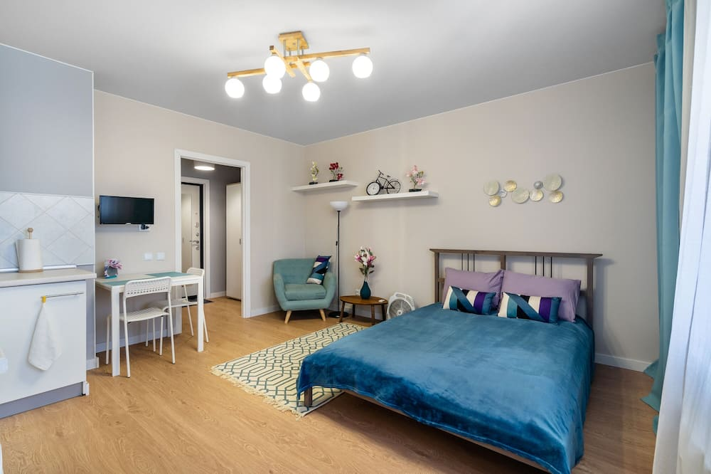 Executive Studio, 1 Queen Bed, Balcony, City View - In-Room Dining