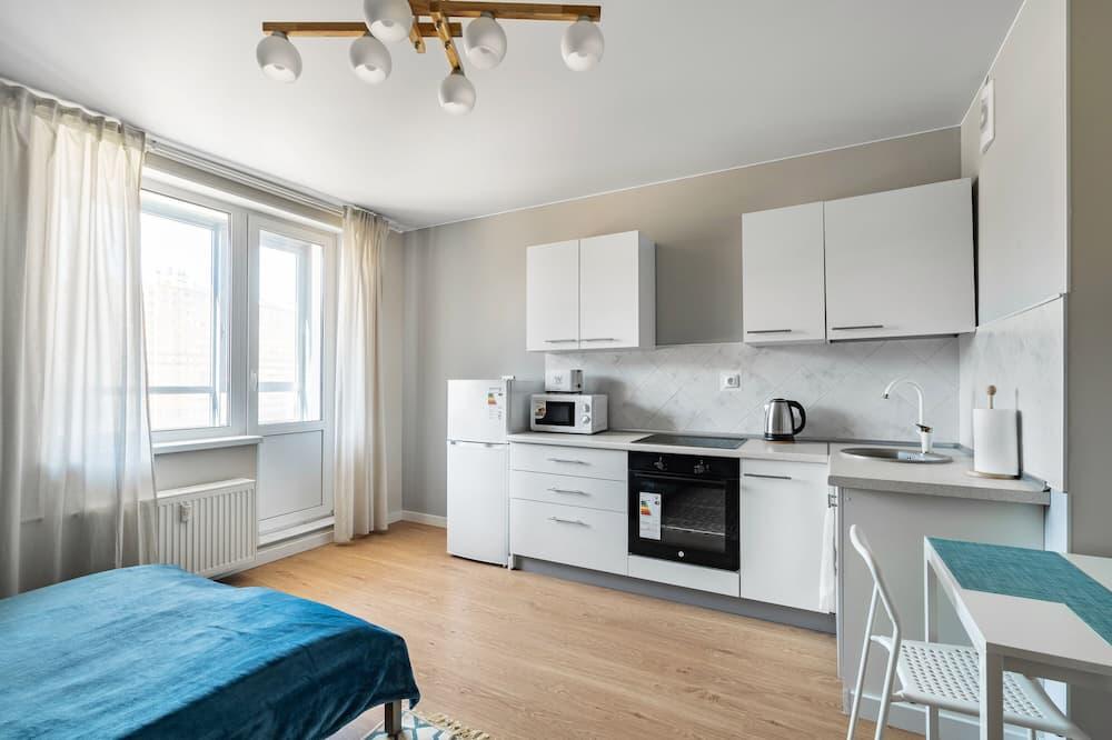 Executive Studio, 1 Queen Bed, Balcony, City View - Living Area