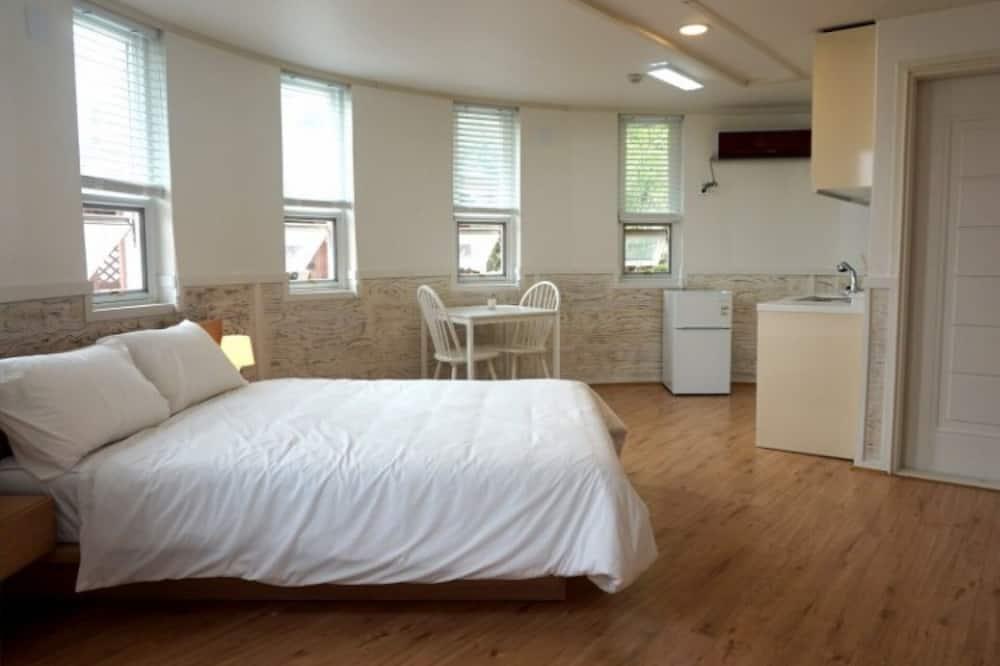 Room (Room 102) - Room