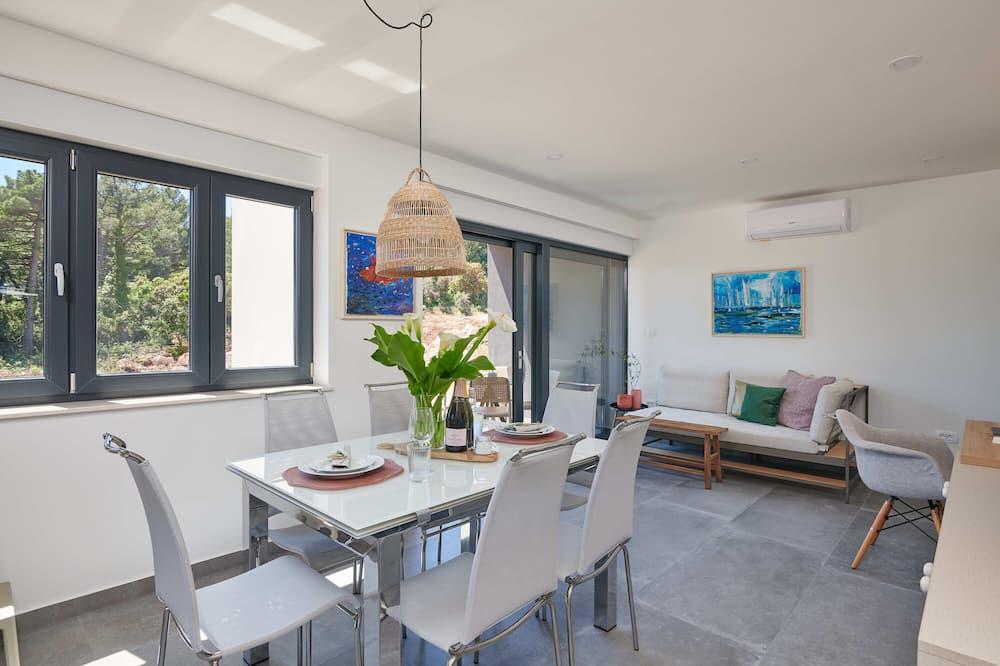 شقة (Two Bedroom Apartment with Balcony) - تناول الطعام داخل الغرفة