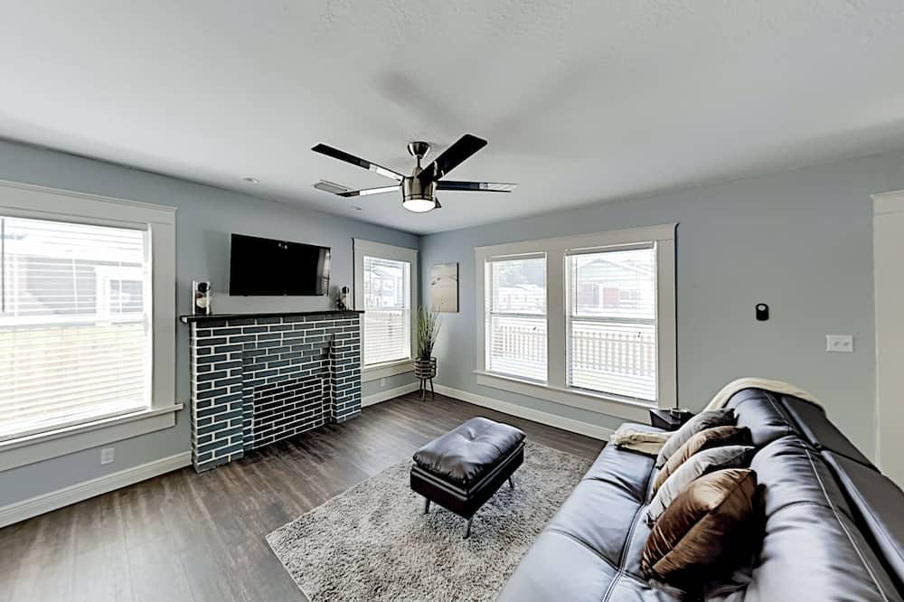 Duplex, 5 Bedrooms - Living Room