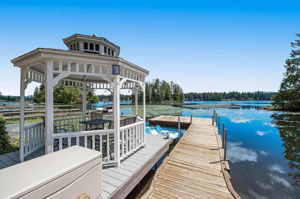 2-Story Lakefront Home w/Furnished Deck, Beach Access, Free WiFi, Foosball Table