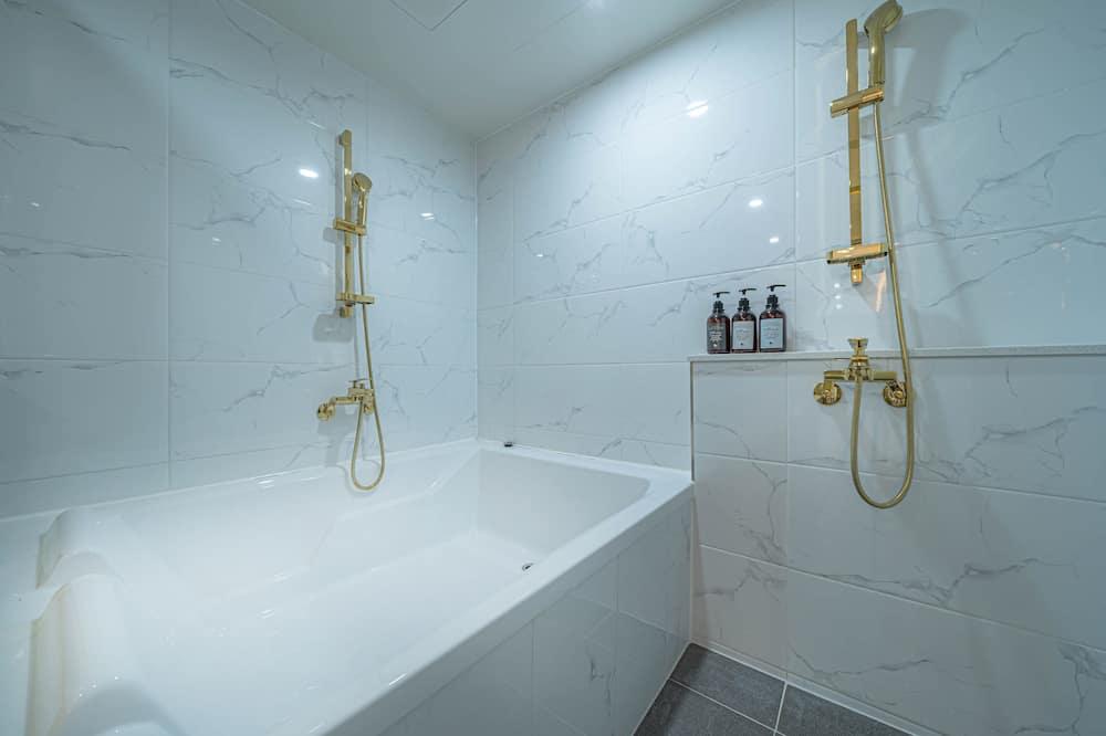 Rodinná trojlôžková izba, viacero postelí - Kúpeľňa