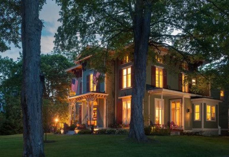 Landmark Inn, Cooperstown, Hadapan Hotel - Petang/Malam