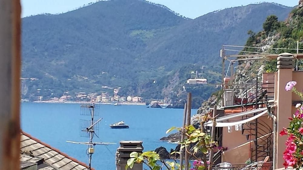 Book rina rooms in vernazza for Hotels in cinque terre