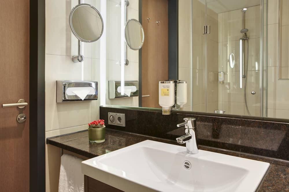 Standard-Zweibettzimmer - inklusive Ticket für die öffentlichen Verkehrsmittel - Badezimmer