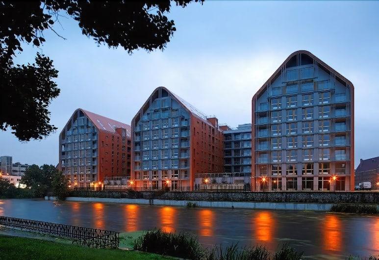Apartinfo Aura Apartments, Gdansk, Bagian depan properti - di malam hari