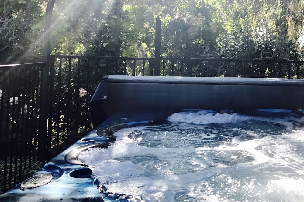 Kylpyallas ulkona
