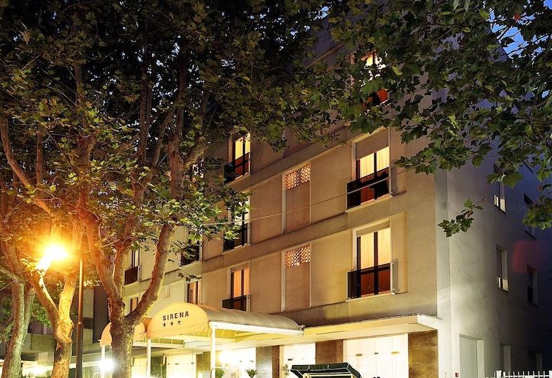 Hotel Sirena, Rimini, Průčelí hotelu ve dne/v noci